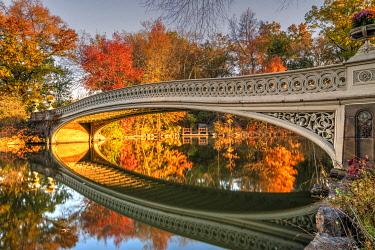 USA14840AWRF Fall foliage, Bow Bridge, Central Park, Manhattan, New York, USA