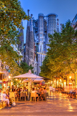 SPA9585AW Outdoor cafe at Avinguda de Gaudi pedestrian mall with Sagrada Familia basilica church in the background, Barcelona, Catalonia, Spain