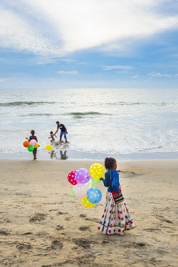 HMS3324034 India, state of Kerala, Kozhikode or Calicut, Kozhikode Beach with a lively atmosphere at the end of the day, young children selling balloons