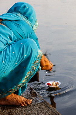 HMS3327122 India, Maharashtra, Nashik, woman on the ghats making an offering to Godavari river