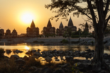 HMS3327194 India, Madhya Pradesh, Orchha, sunset on cenothaphs near Betwa river