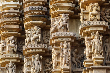 HMS3327213 India, Madhya Pradesh, Khajuraho, monuments listed as World Heritage by UNESCO, Duladeo temple, dancing women sculpture