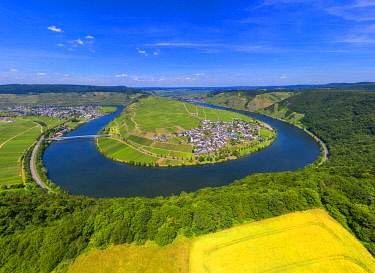 GER12032AW Aerial view on Mosel horseshoe bend at Minheim, Mosel valley, Rhineland-Palatinate, Germany