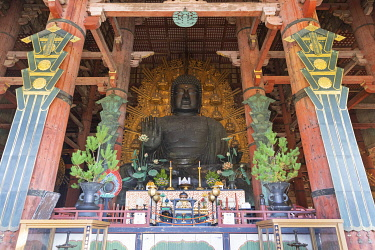 JAP2086AWRF Bronze statue of Buddha, Todai-ji Buddhist Temple, Nara, Japan