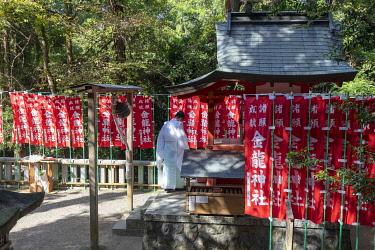JAP2097AW Buddhist monk prays near Kasugataisha Shrine, Nara, Japan