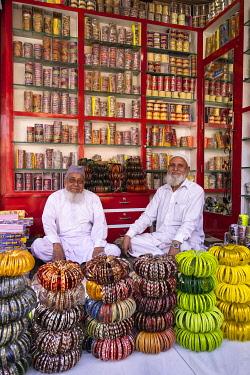HMS3421668 India, Rajasthan, Jhalrapatan, traditional bangles shop