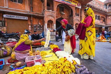 HMS3421738 India, Rajasthan, Jaipur listed as World Heritage by UNESCO, Tripolia Bazar, offerings saleswomen in front of Tarkeshwar Mahadev Temple