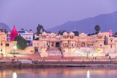 HMS3429360 India, Rajasthan, Pushkar, holy city for Hindus, holy lake surrounded by 52 bathing ghats