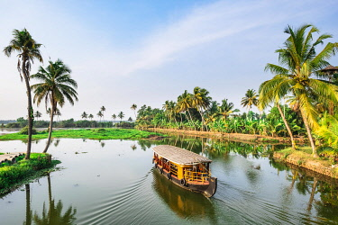 HMS3348303 India, state of Kerala, Kumarakom, village set in the backdrop of the Vembanad Lake, backwaters (lagoons and channels networks) sightseeing by kettuvallam (traditional boat)