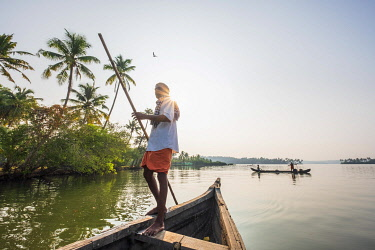 HMS3348381 India, state of Kerala, Kollam district, Munroe island or Munroturuttu, inland island at the confluence of Ashtamudi Lake and Kallada River, backwaters (lagoons and channels networks) sightseeing by b...