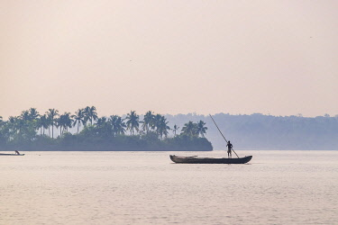 HMS3348382 India, state of Kerala, Kollam district, Munroe island or Munroturuttu, inland island at the confluence of Ashtamudi Lake and Kallada River, fishermen on the backwaters (lagoons and channels networks)