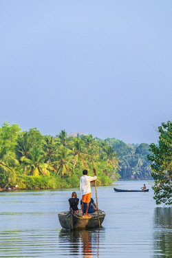 HMS3348388 India, state of Kerala, Kollam district, Munroe island or Munroturuttu, inland island at the confluence of Ashtamudi Lake and Kallada River, backwaters (lagoons and channels networks) sightseeing by b...