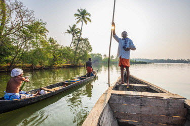 HMS3348402 India, state of Kerala, Kollam district, Munroe island or Munroturuttu, inland island at the confluence of Ashtamudi Lake and Kallada River, backwaters (lagoons and channels networks) sightseeing by b...