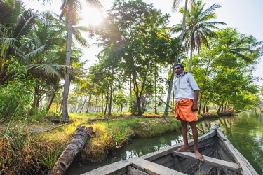HMS3348408 India, state of Kerala, Kollam district, Munroe island or Munroturuttu, inland island at the confluence of Ashtamudi Lake and Kallada River, backwaters (lagoons and channels networks) sightseeing by b...