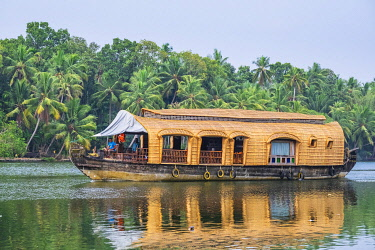 HMS3348414 India, state of Kerala, Kollam district, Munroe island or Munroturuttu, inland island at the confluence of Ashtamudi Lake and Kallada River, cruise on the backwaters (lagoons and channels networks) wi...