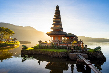 HMS3341027 Indonesia, Bali, Center, Sunrise at Ulu Danu Bratan Temple