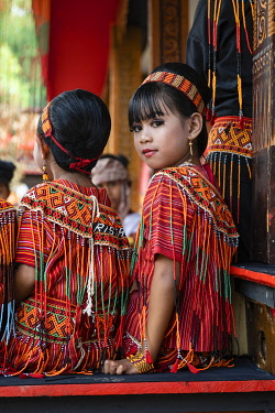 HMS3416804 Indonesia, Sulawesi island, Toraja country, Tana Toraja, girls wearing traditional clothes during funeral cermony