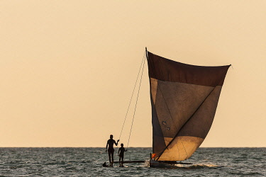 HMS3227246 Madagascar, Menabe region, Belo sur Mer, the Mozambique Channel, fisherman on their canoe