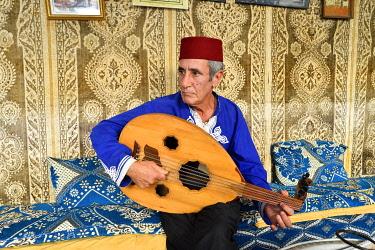 HMS3408050 Morocco, Tangier Tetouan region, Tangier, the old city (medina), Kasbah, oud player, Les Fils du Détroit tea house