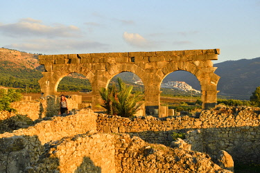 HMS3417161 Morocco, Meknes Tafilalet Region, Volubilis, Roman city founded in 40 BC listed as World Heritage by UNESCO, ruins and the Holy City of Moulay Idriss in the background
