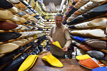 HMS3417322 Morocco, Middle Atlas, Fes, Imperial City, Fes el Bali District, medina listed as World Heritage by UNESCO, souk, Abdlwahed, salesman of traditional Moroccan Babouches shoes