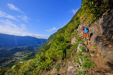 HMS3298436 France, Reunion island, Salazie, hikers on the Belouve path, listed as World Heritage by UNESCO
