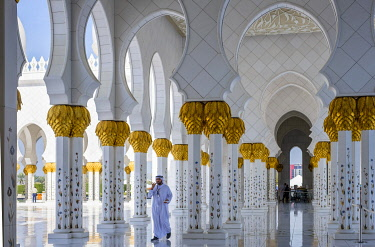 HMS3276267 United Arab Emirates, Abu Dhabi, Sheikh Zayed Great Mosque, from the name of the first president of UAE, Sheikh Zayed ben Sultan Al Nahyane, it may be visited by more than 40 000 people