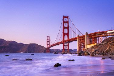 USA14886AWRF Famous Golden Gate Bridge over bay against blue sky during sunset, San Francisco, San Francisco Peninsula, Northern California, California, USA