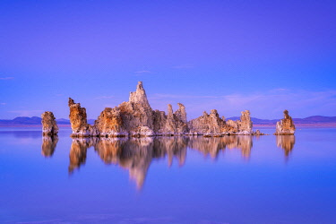 USA14863AW Reflection of rock formation in South Tufa on Mono Lake against blue sky at dusk, Mono County, Sierra Nevada, Eastern California, California, USA
