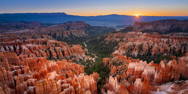 USA14919AW Bryce Canyon amphitheater at sunrise, Inspiration Point, Bryce Canyon  National Park, Utah, USA