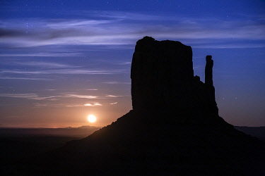 USA14951AW Silhouette of West Mitten Butte at moonrise, Monument Valley, Arizona, USA