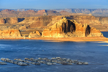 USA14963AW Rocky shore of Lake Powell and harbor for recreational boats from Wahweap Overlook, Page, Arizona, USA