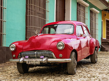 CUB1635AWRF Vintage car on a cobbled street of Trinidad, Sancti Spiritus Province, Cuba