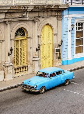CUB1824AW Vintage car at Libertad Square, elevated view, Matanzas, Matanzas Province, Cuba