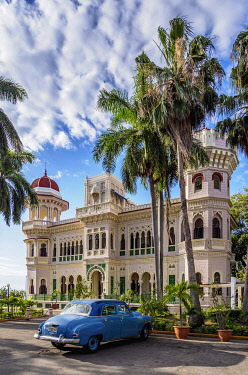 CUB2000AW Vintage car in front of Palacio de Valle, Cienfuegos, Cienfuegos Province, Cuba