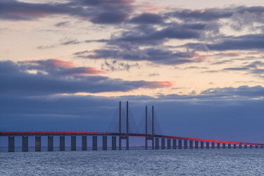 SW03266 Sweden, Scania, Malmo, Oresund Bridge, longest cable-tied bridge in Europe, linking Sweden and Denmark, sunset