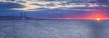 SW03267 Sweden, Scania, Malmo, Oresund Bridge, longest cable-tied bridge in Europe, linking Sweden and Denmark, sunset