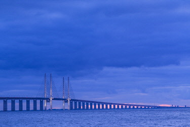 SW03268 Sweden, Scania, Malmo, Oresund Bridge, longest cable-tied bridge in Europe, linking Sweden and Denmark, dusk