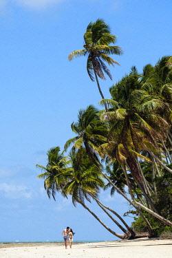 BRA3817AW Americas, South America, Brazil, Bahia, Boipeba island, a young couple walking on an idyllic beach (MR)