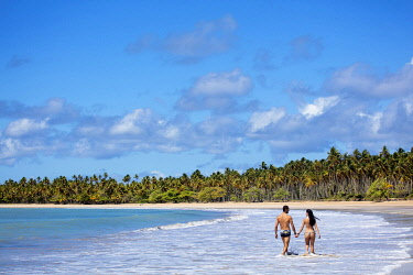 BRA3830AW Americas, South America, Brazil, Bahia, Boipeba island, a young couple walking on an idyllic beach (MR)