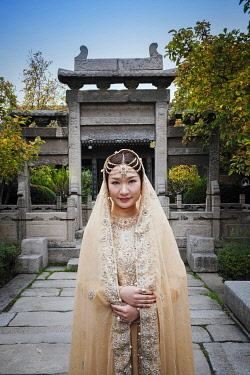 CH12153AW Asia, China, Shaanxi Province, Xian, a young bride dressed in traditional Chinese muslim clothes for a wedding in the Great Mosque of Xi'an