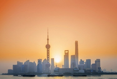 CH12168AW Asia, China, Shanghai municipality, Shanghai city, sunrise shot showing the skyline of Pudong, with the world finance tower, the Shanghai tower, the Oriental Pearl Tower and the Huangpu river