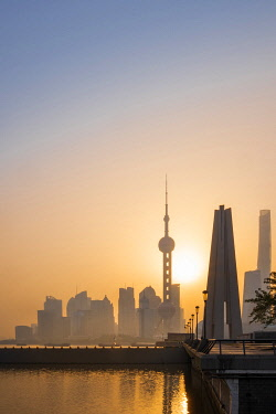 CH12170AW Asia, China, Shanghai municipality, Shanghai city, sunrise shot showing the skyline of Pudong, with the world finance tower, the Shanghai tower, the Oriental Pearl Tower and the Huangpu river