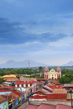 NIC0233AW Americas, Central America, Nicaragua, Nicaragua's second city Leon, founded by the Spanish; view of Calvary church (El Calvario) and the Momotombo volcano