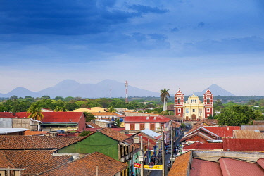 NIC0282AW Americas, Central America, Nicaragua, Nicaragua�s second city Leon, founded by the Spanish; view of Calvary church (El Calvario) and the Momotombo volcano