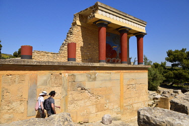HMS3575989 Greece, Crete, Knossos, archeological site, Palace of King Minos, the North entrance columns with bull capture fresco