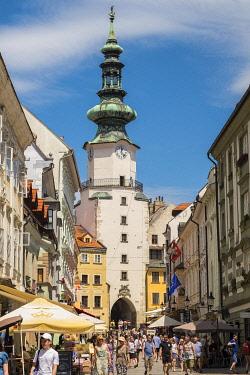 HMS3651856 Slovaquie, Bratislava, la rue Michalska et la porte Michel (Michalska brana), tour datant du XIVème siècle avec la partie octogonale du XVIème et le toit baroque du XVIIIème siècle