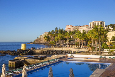 PT04046 Portugal, Madeira, Funchal, View of swimming pool and Hotel Belmond Reid's Palace