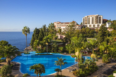 PT04049 Portugal, Madeira, Funchal, View of swimming pool and Reids hotel