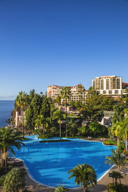 PT04050 Portugal, Madeira, Funchal, Swimming pool and Reids hotel